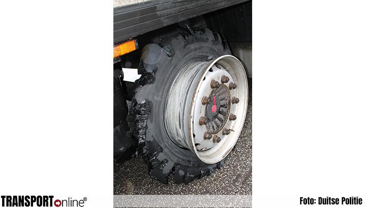 Politie haalt vrachtwagen met gevaarlijke stoffen van de weg vanwege kapotte band [+foto]
