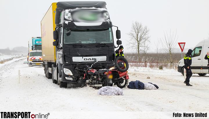 Motor met zijspan botst frontaal met vrachtwagen [+foto]
