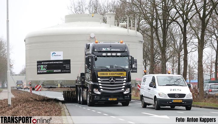 Twee grote silo's op transport van Drachten naar Emmen [+foto]