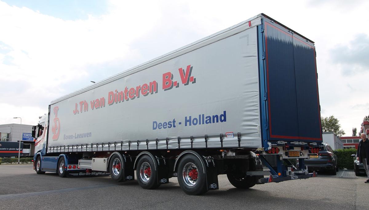 Nieuwe Pacton schuifzeilentrailer voor Int. Transportbedrijf J.Th van Dinteren