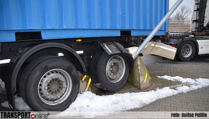 Vrachtwagen muurvast op meerpaal met lantaarnpaal [+foto]