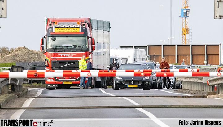 Afsluitdijk richting Friesland tijdlang dicht door storing aan de brug [+foto]