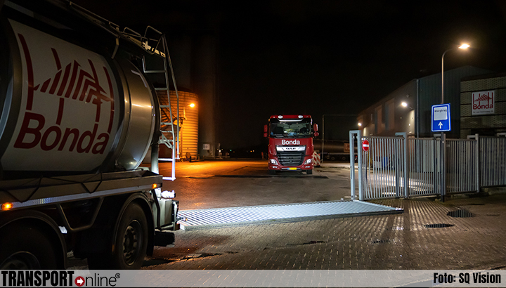 Vrachtwagenchauffeur komt onder schuifpoort terecht [+foto]