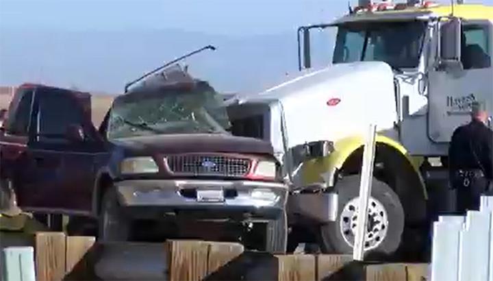 Vijftien doden na aanrijding vrachtwagen en SUV vol migranten [+video]