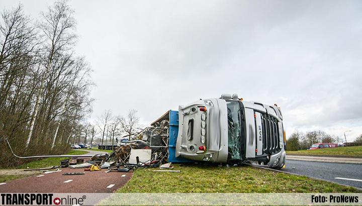 Vrachtwagen gekanteld op rotonde N351 [+foto]