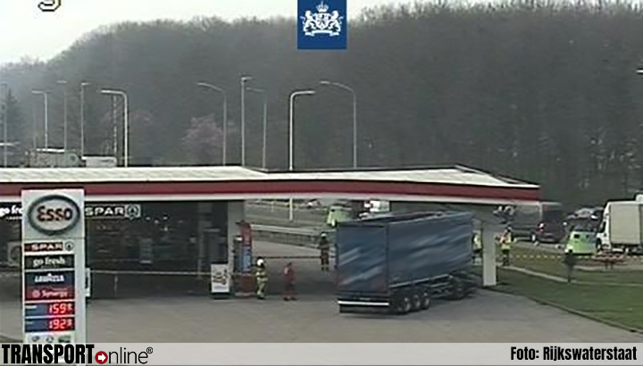 Vrachtwagen rijdt tegen pilaar tankstation Het Anker