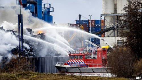 Blussen brand bij recyclebedrijf Gerrits Den Bosch duurt tot woensdagavond [+video]