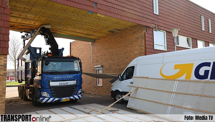 Vrachtwagen met kraan rijdt overkapping kapot, dakplaten op bestelbus [+foto]