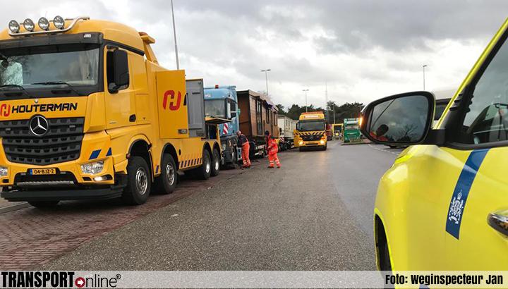 Rijkswaterstaat verwijdert twee vrachtwagens die al drie dagen op parkeerplaats de Slenk staan [+foto]