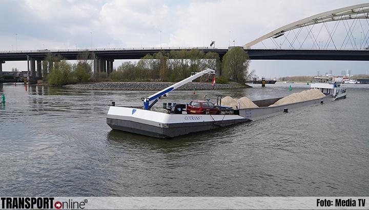 Binnenvaartschip met zand vastgelopen op Nieuwe Maas [+foto]