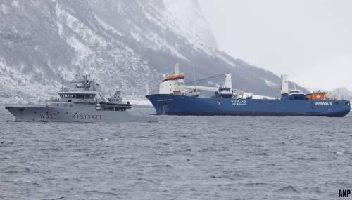 Boskalis legt eerder stuurloos vrachtschip, Eemslift Hendrika, in Noorse haven Ålesund