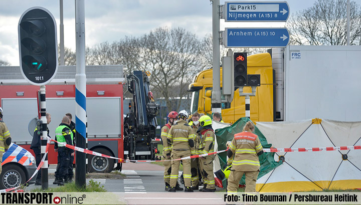 Fietser overleden bij aanrijding met vrachtwagen oprit A15 [+foto]