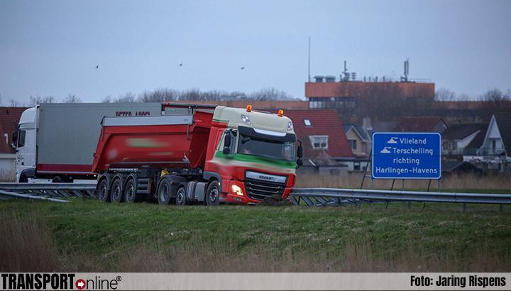 Vrachtwagen vast in berm N31 [+foto]