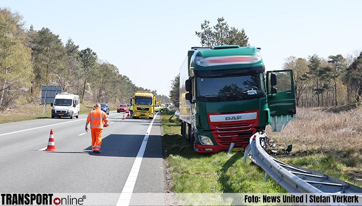 Vrachtwagen in de vangrail op A28 na onwel worden chauffeur [+foto]
