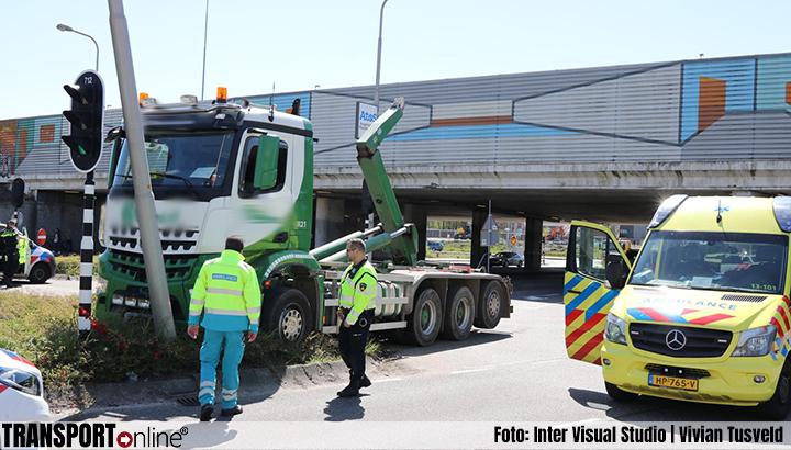 Vrachtwagen met haakarm tegen viaduct A9 gereden [+foto]