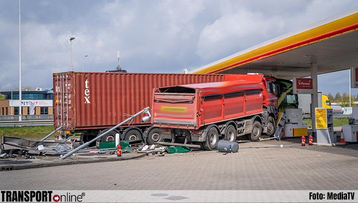 Vrachtwagen rijdt in op andere vrachtwagen bij tankstation A15 [+foto]