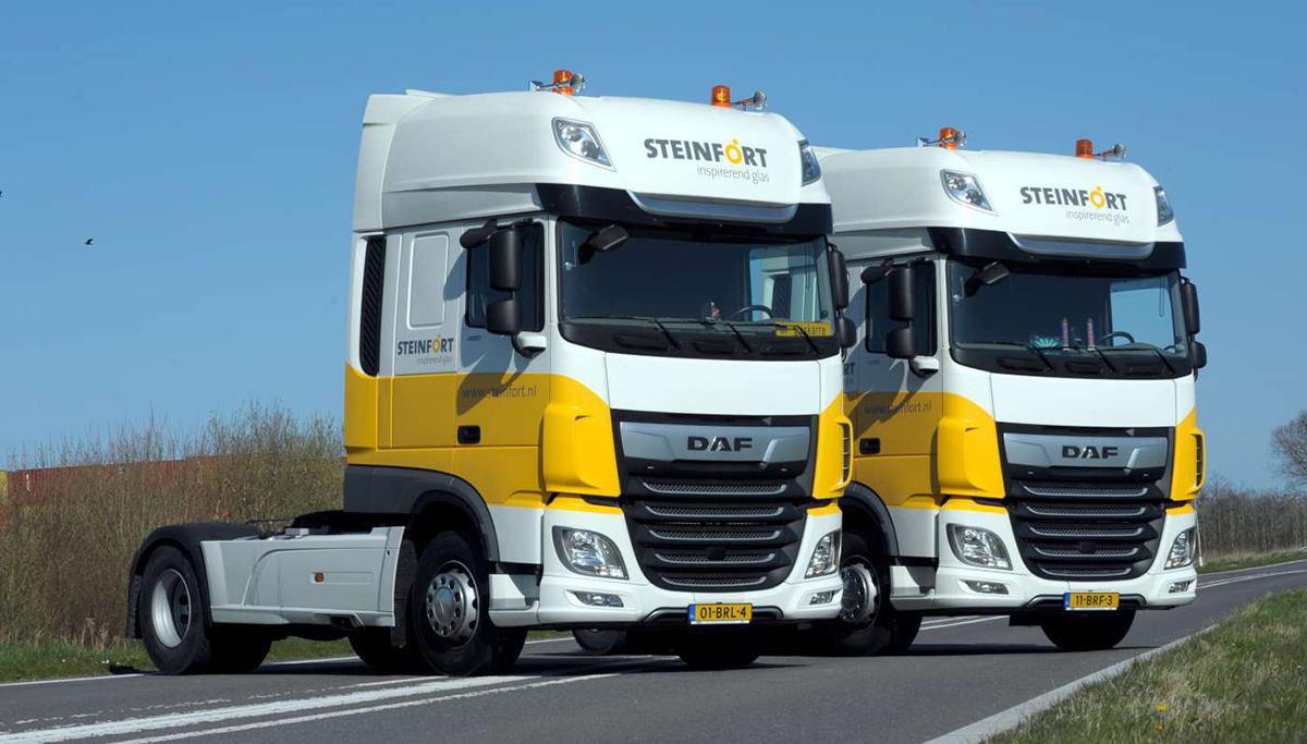 Twee DAF XF Super Space Cab First Choice trucks voor Steinfort Inspirerend Glas