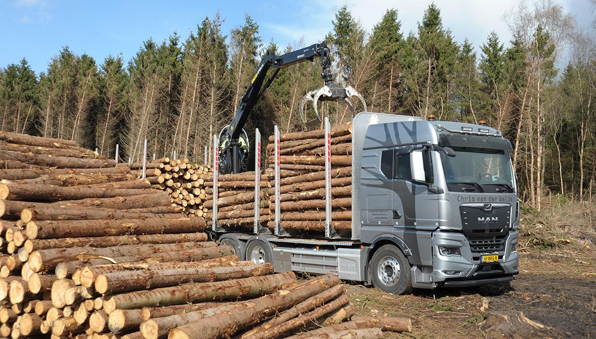 Jan van der Weide & Zn Transport het bos in met een MAN TGX