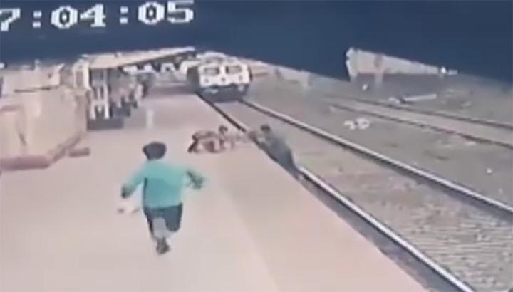 VIDEO: Spoormedewerker redt kind van spoor net voor aanstormende trein