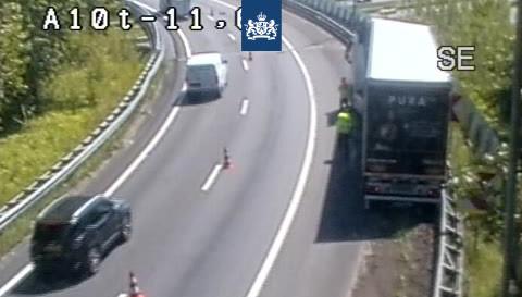 Vrachtwagen in de vangrail op verbindingsweg A10 naar A1 [+foto]