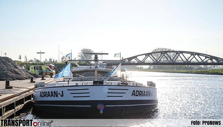 Binnenvaartschip ramt brug, stuurhut volledig vernield [+foto]