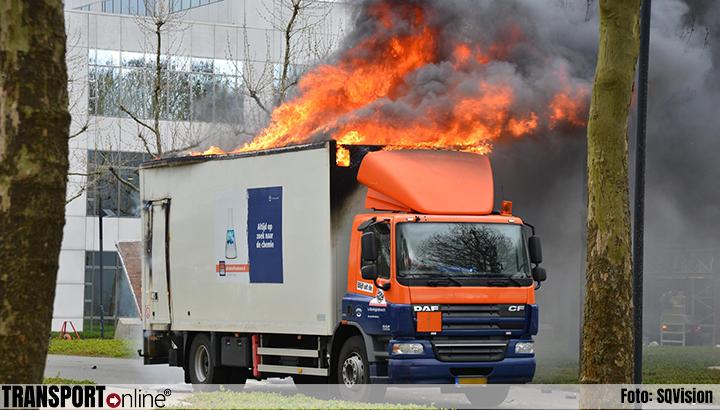 Bakwagen met mogelijk gevaarlijk afval in brand [+foto]