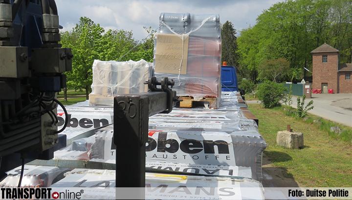 Duitse politie haalt Nederlandse vrachtwagen met dakpannen van de weg [+foto's]
