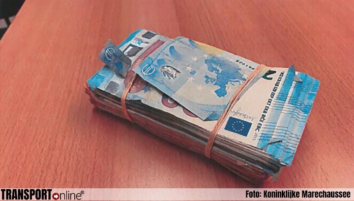 Marechaussee houdt man aan na achtervolging en vindt 21.000 euro in auto