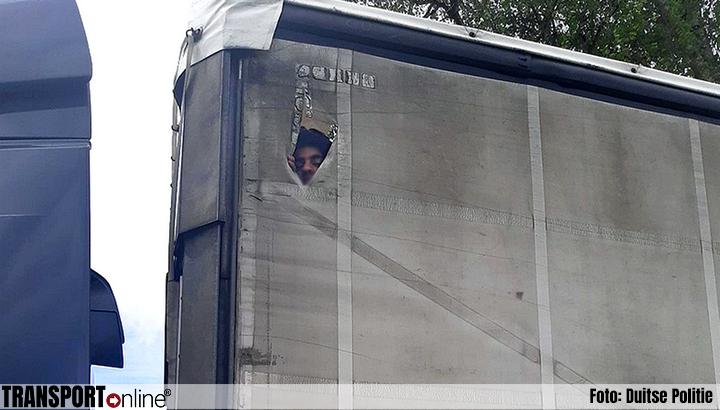 Afghaan klimt op dak vrachtwagen tijdens het rijden [+foto's]