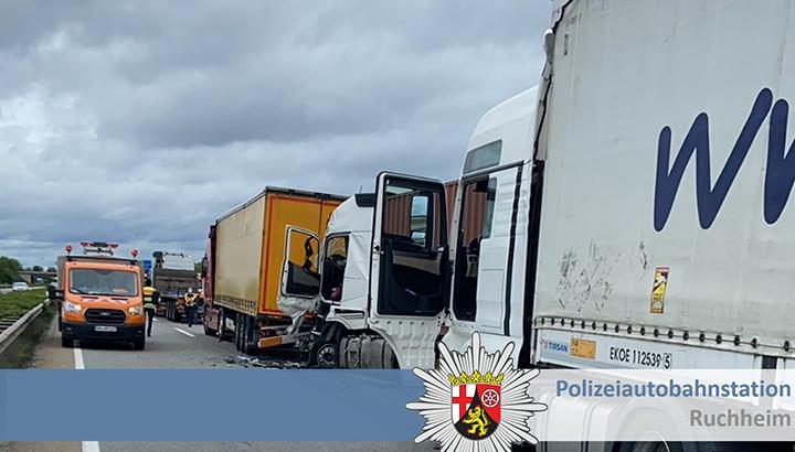 Duitse A61 tot ver in de middag afgesloten na ernstig ongeval met vijf vrachtwagens [+foto]