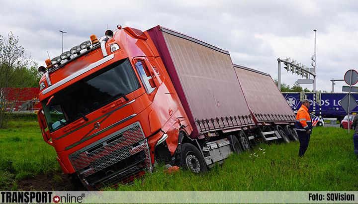 Twee gewonden bij aanrijding auto en vrachtwagen in Tilburg [+foto's]