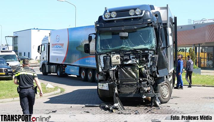 Aanrijding met twee vrachtwagens bij industrieterrein op Urk [+foto's]