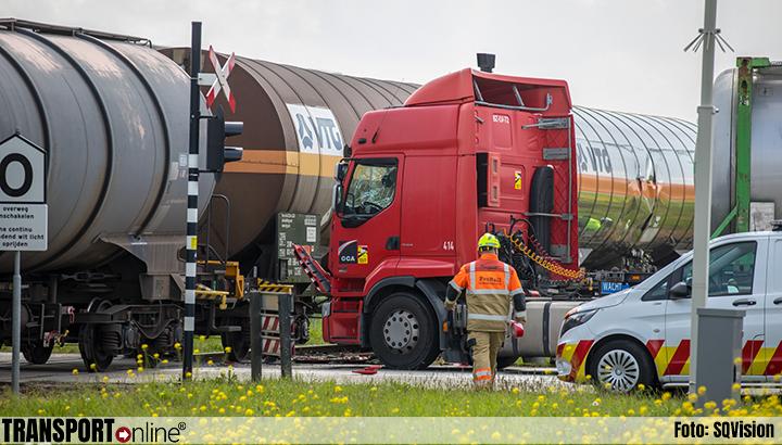Aanrijding vrachtwagen en goederentrein in Klundert [+foto]