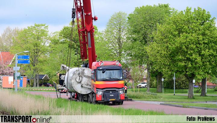 Vrachtwagen verliest bijna silo in Loppersum [+foto]