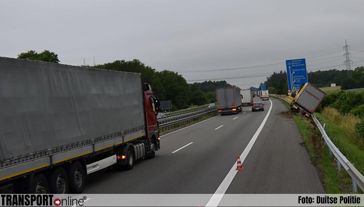 Vrachtwagen in de vangrail; Duitse A30 richting Nederland urenlang afgesloten[+foto]