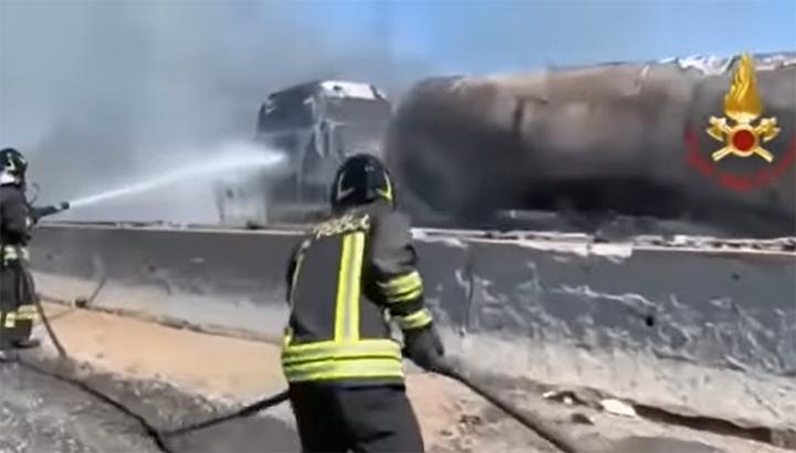 Twee vrachtwagenchauffeurs komen om nadat vrachtwagen op tankwagen botst op Italiaanse snelweg [+video's]