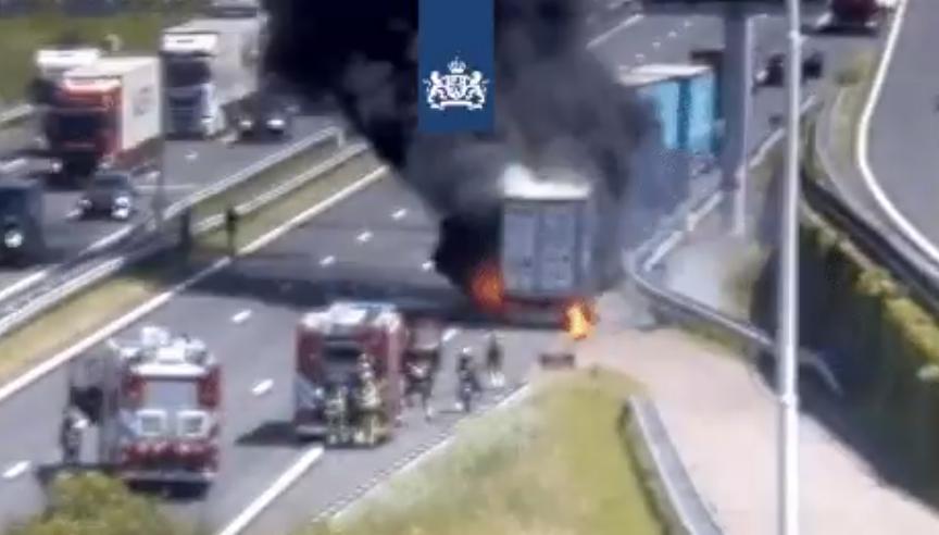 Vrachtwagen vliegt in brand net na Botlektunnel A15 [+video]