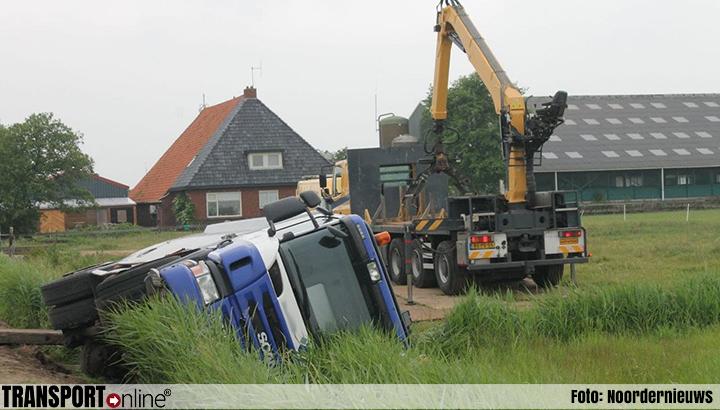 Vrachtwagen in de sloot in Marrum [+foto]