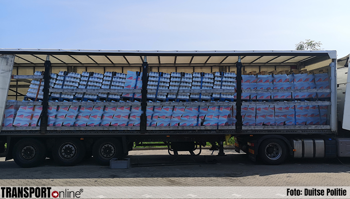 Vrachtwagenchauffeur heeft geluk als lading door trailer breekt bij hard remmen [+foto's]