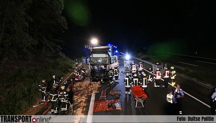 Vrachtwagenchauffeur zwaargewond na ernstige aanrijding op Duitse A45 [+foto]