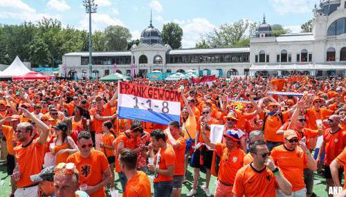 Oranjefans na feest in parade op weg naar stadion in Boedapest