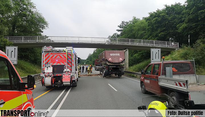 Vrachtwagen rijdt tegen voetgangersbrug, afsluiting wegens instortingsgevaar [+foto's]