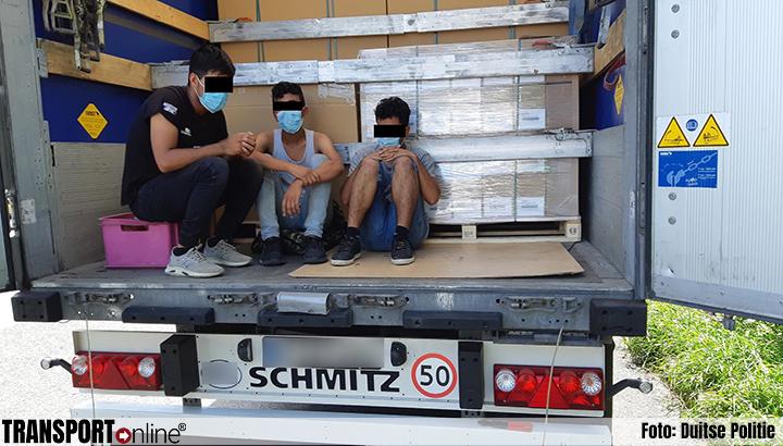 Koffiepauze vrachtwagenchauffeur wreed verstoord door klopgeluiden uit laadruimte [+foto]