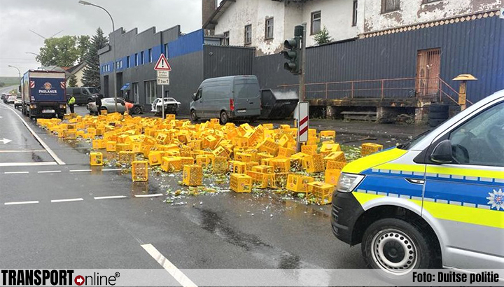 Laadklep plotseling open in bocht: 300 kratten vruchtensap op straat [+foto]