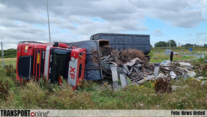 Vrachtwagen gekanteld op afrit N18 [+foto]
