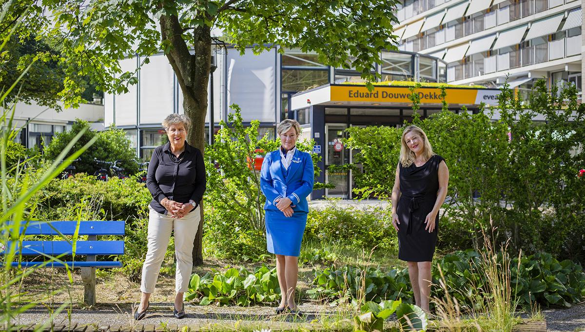 Tijdelijk niet-vliegend KLM-cabinepersoneel maakt bewoners verpleeghuis Evean blij