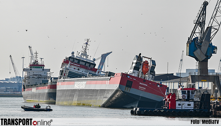 Schip de 'MV Máxima' van Wagenborg maakt slagzij in Rotterdam [+foto]