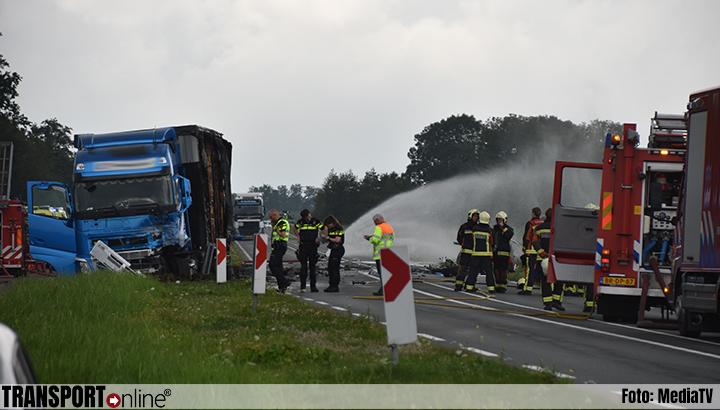Tesla vliegt in brand na aanrijding met vrachtwagen op N210: één dode en drie gewonden [+foto]