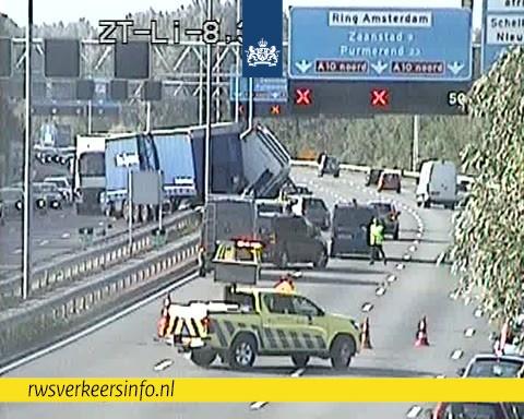Vrachtwagen door vangrail op A10 [+foto]