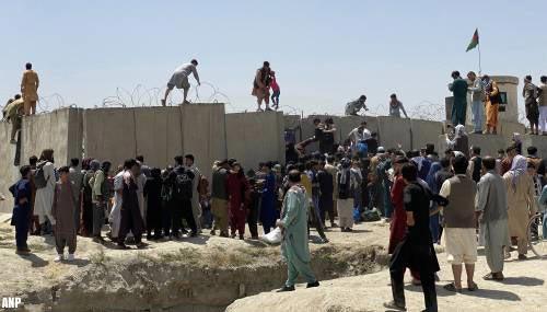 Amerikaanse militairen halen burgers op buiten vliegveld Kabul